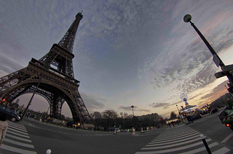 https://upload.wikimedia.org/wikipedia/commons/e/e1/Tour_Eiffel_-_Wide_Angle.jpg